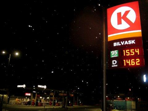 SLUTT: Det er slutt på billig bensin søndag kveld og mandag morgen på Circle K-stasjonene, som heller satser på et jevnere prisnivå gjennom hele uka. Bensinkriger kan likevel oppstå. (Foto: Bjørn-Frode Løvlund)