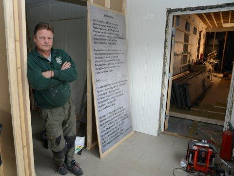 SPENNENDE: Magne Libekk og de andre eierne er i full sving med å bygge nye Bpkken pub. Her er Libekk med en tavle med Fæssa-sangen skrevet av Ørnulf Kleven. Mer Fæssa-historie skal på veggene i puben.