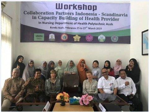 I INDONESIA: Anne Trollvik og Randi Martinsen fra Høgskolen i Innlandet sammen med samarbeidspartnere i Indonesia. Nå har de fått ni millioner kroner fra EU til et stort sykepleieprosjekt.