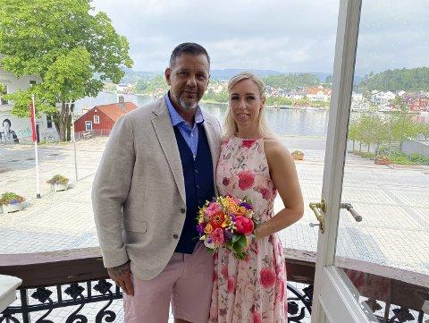 NYGIFT: Merethe Borg og Karl Berg giftet seg på rådhuset fredag. Brudeparet var godt fornøyd med vielsen og gledet seg til bryllupsreise til Lindesnes.