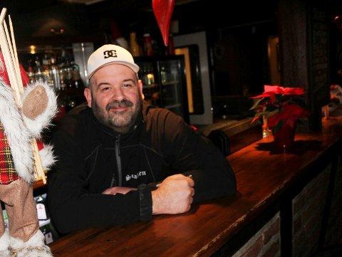HOLDER ÅPENT: Heine Glosli forteller at pizzapuben fortsatt vil holde åpent, men stenge tidligere lørdag og søndag.