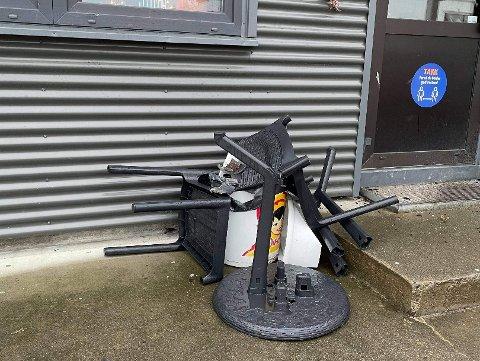 Skadeverk: Stolene har blitt kastet rundt og ødelagt.