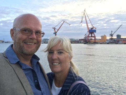 SKAL PENDLE FRA STRÖMSTAD: Magnus Sälde med sin kone Vigdis. I august tiltrer han stillingen som sogneprest i Rakkestad. Han forteller at han skal pendle fra Strömstad til Rakkestad, men at det frister å flytte med tiden.