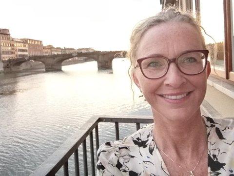 På bygdetunet: Marianne Sandvik inviterer til samtale med nogo attåt.
