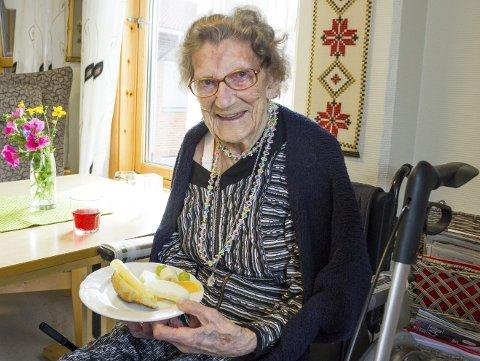 Fornøyd: Aslaug Wenås (98) flyttet til Gruben sykehjem nylig og synes maten der er variert og god. Her med dagens lunsj: Fylt horn og frukt. Foto: Isabel Haugjord
