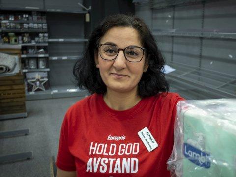 Mahasin Alali så for seg en jobb innen helsevesenet også i sitt nye hjemland Norge, men bytter til jobb i butikk fordi hun her får fast ansettelse. Foto: Øyvind Bratt