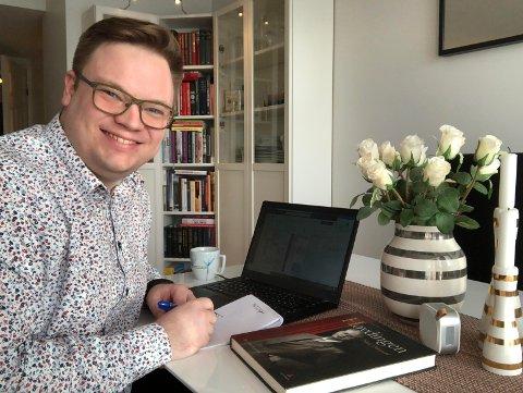 ANNERLEDES HVERDAG: Even Aleksander Hagen pleide å være på reisefot store deler av uka. Nå tilbringer han mesteparten  av tida ved spisebordet hjemme på Lillehammer.