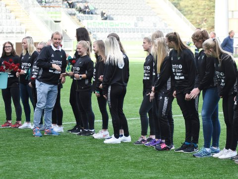 HBKs damelag ble hedret med roser i pausen på AKA Arena lørsdag av daglig leder Tom Gulbrandsen.