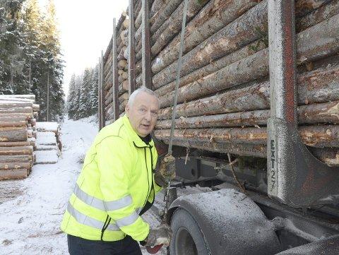 Truls Brentebråten fester sikringen av lasten, den trekkes til automatisk med luft.