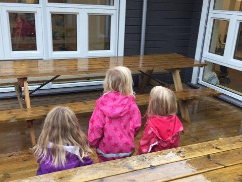 Barna er glad i uteområdet sitt i Samsmoen barnehage. Men på morgenkvisten er det ikke trygt for dem - ikke før personalet har ryddet opp sneiper og ølbokser.