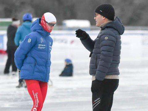 BRA LØP: Sander Mikkelsen gikk solide 500 meter under NM på Gol. Her sammen med trener Knut Andreas Ramsrud.
