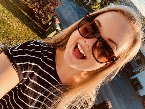 """JUBLER: Karina Andersen Ryhagen (21) fra Hønefoss ble den første vinneren i kampanjen """"Hva skal vinneren hete?"""". Nå er hun 100.000 kroner rikere."""