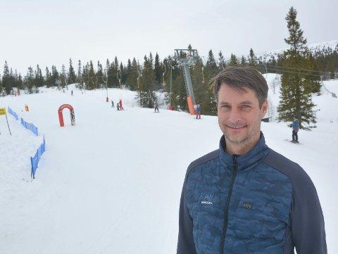 SKAL BLÅSE: – Det er fint å kjøre ski i bakken. Men jeg fraråder folk å dra innover fjellet, sier Marius Arnesen på Norefjell.