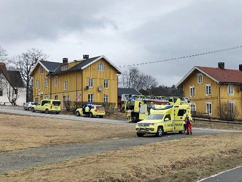 FORSØKTE SELV Å SLUKKE: Da det begynte å brenne i en kjøkkenventilator forsøkte beboere selv å slukke brannen. Nødetatene er på plass på stedet i Norderhovsbakken.
