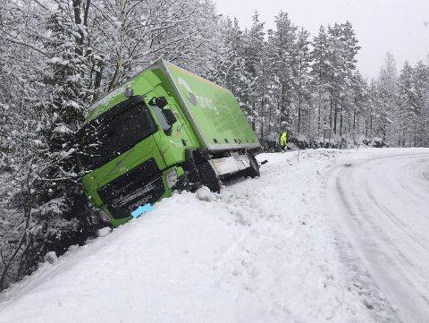 UHELDIG: Sjåføren av denne lastebilen greide ikke å holde kjøretøyet sitt på veien i denne svingen ved Svartebu.