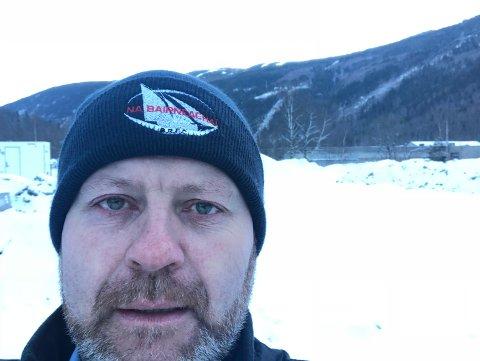 PÅ PLASS: Joe McElwee i Hima Seafood  er i gang med å forberede byggingen av det som trolig blir verdens største landbaserte anlegg for oppdrett av ørett. Her fra besøket før jul hvor han tok en selfie av seg selv på anleggstomta.