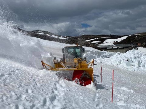 ERFAREN: Halvor «Halla» Tverberg styrte brøyteprosessen 1. juni i år. Veien ble da brøytet ferdig, men det var usikkerhet rundt åpning. Nå er det bekreftet at veien ikke åpnes før 2. juli 2021.