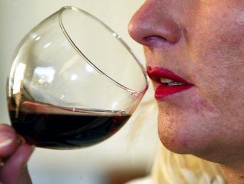 Trondheim 20041019 Kvinne med rød leppestift drikker  rødvin av vinglass.  Bilde av røde lepper. Foto: Gorm Kallestad / SCANPIX