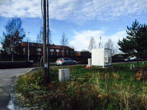 OVERVÅKES: Luftkvaliteten i Lillestrøm blir til enhver tid overvåket av målestasjonen langs Riksveg 22. I vinter var lufta i Lillestrøm bedre enn normalt.