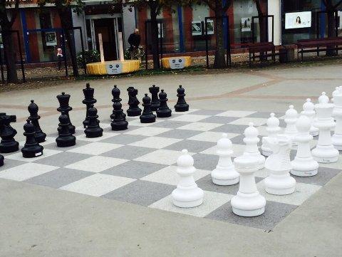 GAMMEL TRADISJON: Det var populært å spille sjakk i sentrum for rundt 25 år siden. Nå er tradisjonen tilbake.