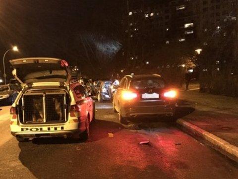POLITIJAKT: Her endte jakten på 33-åringen i den stjålne bilen. I en sving mistet han kontrollen og frontkolliderte med en parkert bil. Totalt ble det omfattende skader på fire biler i kollisjonen.
