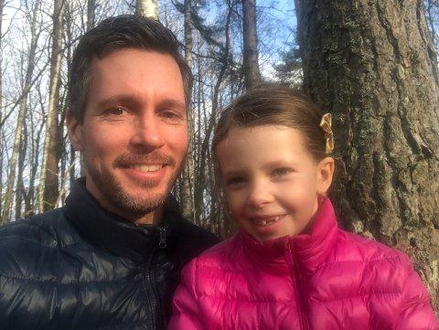 Da Glenn Nilsen skulle kjøpe seg hytte, ville både han og datteren Estelle ha et sted de kunne bruke mye. Nå har han akkurat overtatt en av de første hyttene i prosjektet Nes Strandhager. Foto: Privat