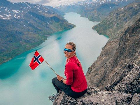 Elsker norsk sommer: Camilla Aastorp Andersen skal på Norgesferie for tredje året på rad. Her fra toppen av Besseggen i fjor. Foto: Privat