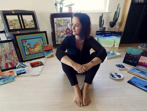BLIR SETT: Her er Lisa Ruhe omringet av mange av sine flotte kunstverk.
