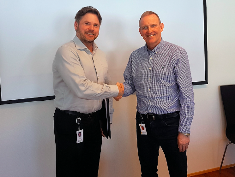 AVTALE: Regiondirektør Tom Gjertsen for Atea (f.v.) og administrerende direktør Ole Vinje i Komplett Group har inngått driftsavtale på fem år.