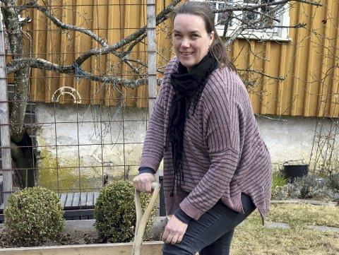 Kjøkkenhage: Silje Hjorteseth anlegger kjøkkenhage hos Fat og fe. Foto: Vigdis Løbach