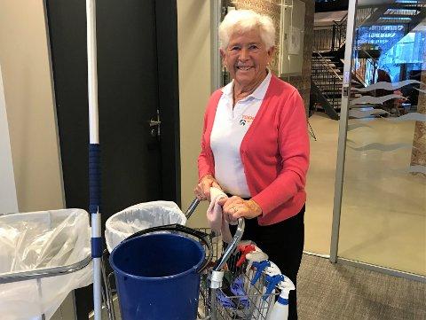 PÅ JOBB: Solveig Kristoffersen stortrives med jobben som renholder i sønnens firma. I tillegg har hun masse oppgaver på fritiden.