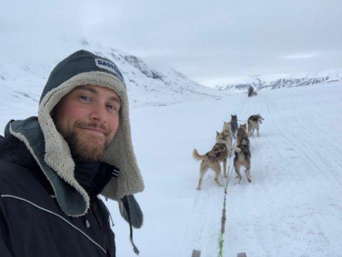 NATURGLEDE: Marcus Hjelleset har alltid vært glad i å være ute i naturen. Bildet er fra før koronatiden, fra skimaraton på Svalbard i 2019.