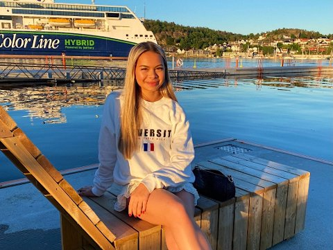 TRIVES I FJOR´N: Marielle Andersen (18) trives i hjembyen Sandefjord, og ser for seg at hun kommer til å bo her i framtiden. - Sandefjord er en fin by, og spesielt om sommeren, sier ungjenta, som bruker mye av fritiden sin til sosiale medier.