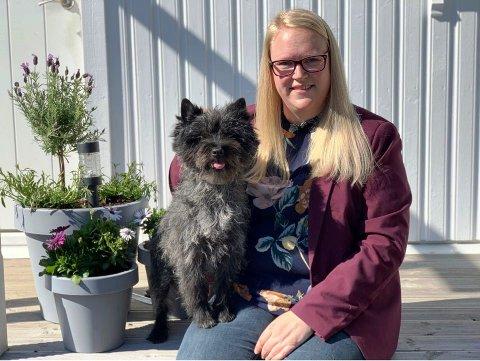 NOK Å GJØRE: For litt over to år siden ble Helén Solbakken (35) gründer, da hun og samboeren åpnet egen hundesalong og butikk hjemme på Hasle. De har mye å gjøre, og skal av den grunn snart utvide åpningstiden. – Jeg har inntrykk av at folk har blitt mer bevisste på hundehelse, sier Sandefjord-kvinnen.