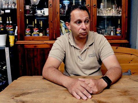 TUNGT: Nikos Karagiannis hos Kaffeforretningen Sarpen innrømmer at koronapandemien rammer restaurantbransjen hardt. Vårsesongen er den viktigste tiden for utelivsbransjen. Nå vurderer han å stenge dørene.