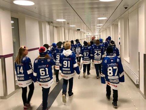 PÅ SYKEHUSBESØK: Sparta-spillerne besøkte selv sykehuset for å dele ut gavene.