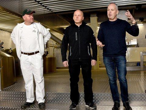 OMVISNING: Einar Schmidt (midten) vil blant annet annet ta med besøkende til det nye brygghuset. Her sammen med  bryggerimester Tore Kvame (t.v.) og fabrikksjef Morten Brostrøm.