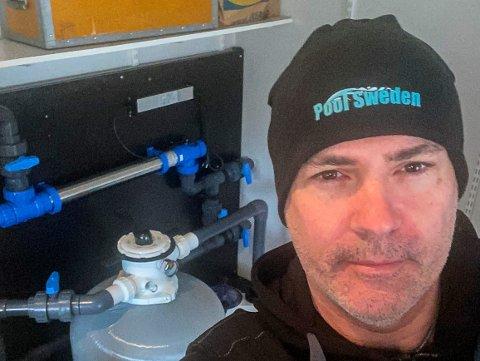 Henrik Daniel Klippare har reist rundt i Norge som montør av renseanlegg til mange store badeanlegg. Da grensen til Sverige ble korona-stengt ble han nektet innreise. Nå er hans norske firma konkurs.