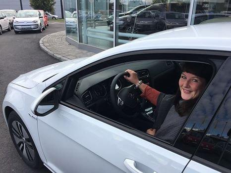 NY BIL: Heidi Gjertsen Gaaseby hentet premien, en e-Golf i Sarpsborg.