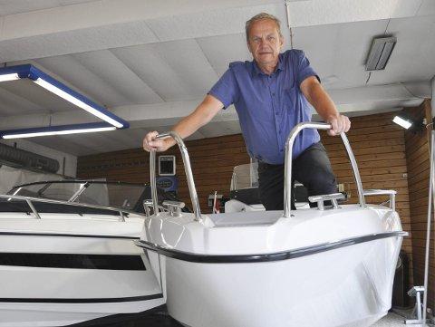 Mange vil ha båt: Daglig leder Are Gimmingsrud ved Bergerkrysset Fritid i Mysen gleder seg over det strålende sommerværet, som igjen fører til godt båtsalg.