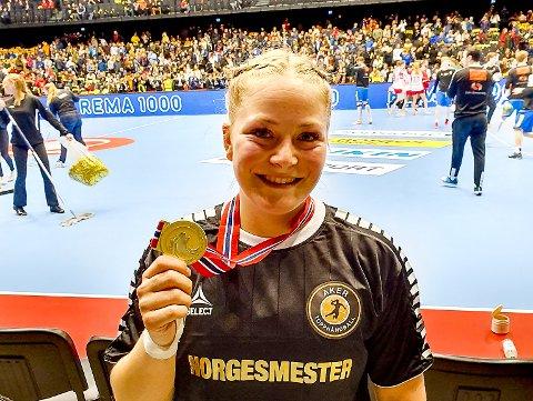 STOLT: Skjetvingen Ida Nilsen Solberg tok søndag NM-gull i håndball med Aker Topphåndball jenter 20.