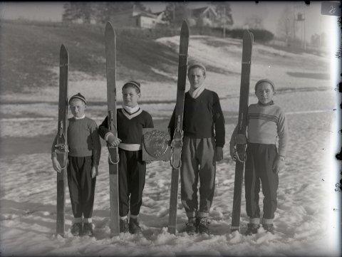Du har kanskje hørt om hoppbakken Trollhaugen? Her er et gammelt bilde av fire Ørje-gutter som står klare med hoppskiene der, det er Bjørn Utgård, Ole Sverre Lislegård, Arne Nilsen og Hans Ulstein. Årstallet er ukjent, men dette er kanskje på 1940-tallet en gang.