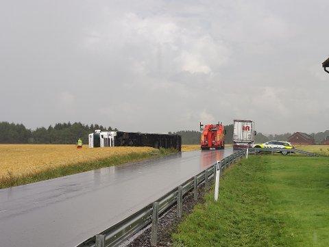 PÅ JORDET: En utenlandsk trailersjåfør havnet utenfor Rakkestadveien onsdag formiddag.