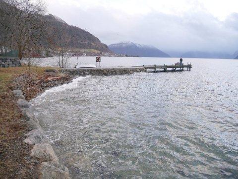 HØGVATN 1: Meteorologisk Institutt har varsla ekstremt høg vasstand langs kysten, og med eit flomål på 185 cm på Systrond er det ikkje langt opp til bryggjekanten til Fylkesmannen. (Foto: Terje Eggum)