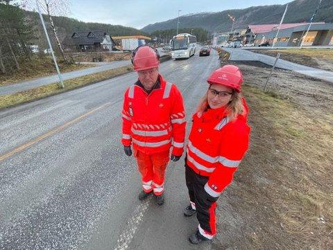 FORSTERKA VEGOPPMERKING: Byggeleiar Jørn Kristian Engebø og kontrollingeniør Andrea Holsen Horstad ved riksveg 5 på Kaupanger der det no blir etablert forsterka vegoppmerking.