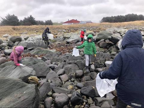Små og store i Håland og Dysjaland skulekorps ryddet kysten for søppel i fjor. I mars går de i gang med en ny aksjon.