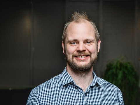 TIL STRAND: Mímir Kristjánsson besøker Strand. Foto: Ihne Pedersen/Rødt.
