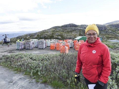 Store mengder: Jorunn Karlberg Tveiten viser fram de 30 tonnene med varer som skal fraktes med helikopter opp til toppen.