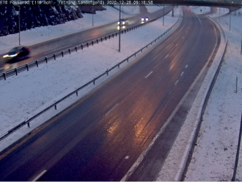 SNØ: Slik ser det ut på E18 ved Fokserød like etter klokka ni mandag morgen.