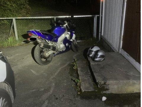 POLITIJAKT: Her står motorsykkelen etter at politiet tok igjen den tiltalte 47-åringen ved Rønholt skole. Da hadde de jaktet på han i over ei mil.